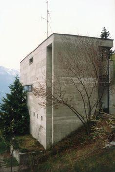 1974-76 Luigi Snozzi Casa Kalmann Brione s/Minusio - via. Concrete Architecture, Classic Architecture, Interior Architecture, Luigi Snozzi, Arch House, Inside Outside, Less Is More, Brutalist, Modern Contemporary