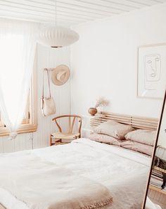 hygge home - hygge decor - homebody aesthetic - cozy bedroom - cozy living room - interior inspirati Scandi Bedroom, Home Decor Bedroom, Bedroom Furniture, Bedroom Ideas, Modern Bedroom, Bedroom Designs, Master Bedroom, Furniture Ideas, Decor Room