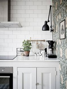 Kitchen corner where subway tiles meet antique wallpaper in a home in Göteborg, Sweden. Ceramic and cut metal art help blend the two styles together. Kitchen Corner, New Kitchen, Kitchen Dining, Kitchen Decor, Bistro Kitchen, Kitchen Post, Dining Rooms, Kitchen Backsplash, Kitchen Countertops