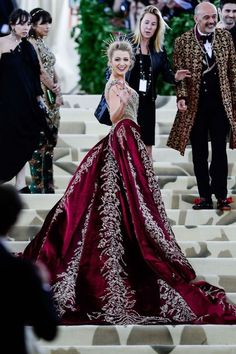 The Gala Gown: A gold-and-ruby brocade and beaded Atelier Versace gown with attached skir Blake Lively MET Gala 2018 Gala Gowns, Gala Dresses, Red Carpet Dresses, Beautiful Gowns, Beautiful Outfits, Blake Lively Style, Blake Lively Body, Blake Lively Dress, Blake Lively Tumblr