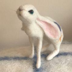 Maan staren Hare/konijn/Moongazing konijn/jack konijn/naald | Etsy Needle Felted Animals, Felt Animals, Needle Felting, Positive Symbols, Jack Rabbit, Beautiful Moon, Hare, Original Art, Artwork