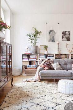 casa de estilo nordico decoracion escandivana alfombra y lámpara marroqui