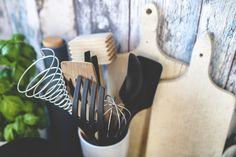 A mi konyhánk egy érdekes hibrid: egyszerre minimalista és maximalista, amatőr és professzionális. Először is vagyok én, a megrögzött minimalista, aki azonban mindennap főz, másodszor pedig van a f…