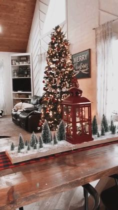 Christmas Table Centerpieces, Country Christmas Decorations, Xmas Decorations, Christmas Lights Decor, Traditional Christmas Decor, Christmas Living Room Decor, Christmas Decorating Ideas, Country Christmas Crafts, Christmas Staircase Decor