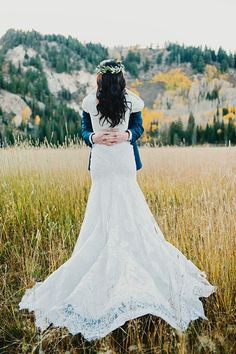 Vintage wedding gown | Fall Bridal Portraits in the Utah Mountains | via Mountainside Bride