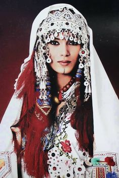 A Berber woman with her traditional clothes Tribal Fusion, Folk Costume, Costumes, 3d Foto, North Africa, World Cultures, Ethnic Fashion, Traditional Dresses, Headdress