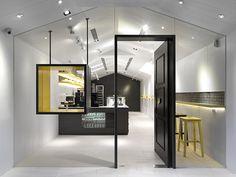 Holy Cupcake Lover's Paradise – Fubiz™ Le studio taïwanais JC architecture utilise les boîtes de gâteaux comme un point de départ pour le design intérieur de la boutique « Les Bebes Cupcakery ». Une boutique tout en transparence, ultra moderne et esthétique.