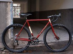Another Singular bike, the Peregrine disk cyclocross bike. I don't know how they got lugs to look so good with modern components and tires that monstrous, but I don't care.