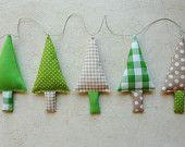 Kerstslinger, Stoffen Kerstbomen Slinger in groen, wit en ecru. €22,00, via Etsy.