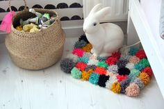 DIY: tapis pompons too cute id use it for my kittens Diy Home Crafts, Yarn Crafts, Fabric Crafts, Diy Pom Pom Rug, Pom Pom Garland, Diy Carpet, Modern Carpet, Cheap Carpet, Stair Carpet