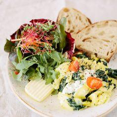 Omlette, Salat und frisches Brot bei Lula am Markt  | creme berlin