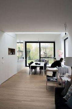 Eén kast dirigeert deze hele nieuwbouwwoning • Architect: www.tweearchitecten.be (keukenwand • eetkamer • houten vloer • schuifraam)