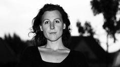 Ester Naomi Perquin is vandaag in Nederland verkozen tot nieuwe Dichter des Vaderlands. Het is een 4-jarige titel. De verkozene moet per jaar minstens 6 gedichten schrijven over thema's die iedereen in het land aanbelangen. In Nederland is deze titel voor 4 jaar. In België bestaat het ook, maar daar wordt om de 2 jaar iemand anders verkozen, uit een andere taalgemeenschap.