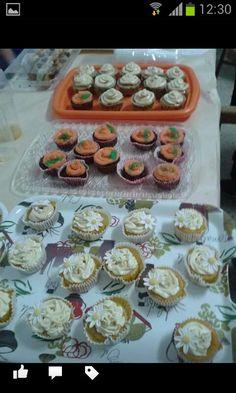 Cupcake melocotón con crema de chocolate blanco; Chocolate negro con crema de naranja y Dulce de leche con crema de dulce de leche.