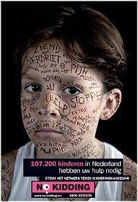 thema kindermishandeling NO KIDDING (foto digitale etalage)