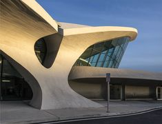 Construction begins for the long-awaited reopening of architect Eero Saarinen's fabled TWA Flight Center as a hotel. New York Architecture, Chinese Architecture, Modern Architecture House, Futuristic Architecture, Amazing Architecture, Architecture Design, Modern Houses, Eero Saarinen, Villas