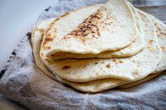 Greske flatbrød (flate pitabrød) – Mat til folket! Veggies, Baking, Ethnic Recipes, Vegetable Recipes, Bakken, Bread, Backen, Vegetables, Reposteria