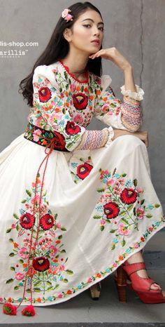 Batik Amarillis fabriqué en Indonésie www. - Le batik Amarillis's Bir . Look Fashion, Hijab Fashion, Fashion Dresses, Womens Fashion, Fashion Design, Amarillis, Hungarian Embroidery, Latifa, Mexican Dresses