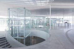 Die gläsernen Pavillons in der Empfangshalle bestehen aus zylindrisch gebogenen Scheiben im Format von etwa 2,00 x 3,00 m