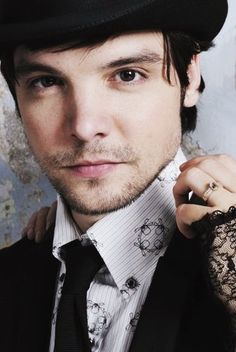 Andrew Lee Potts   From Alice syfy <3