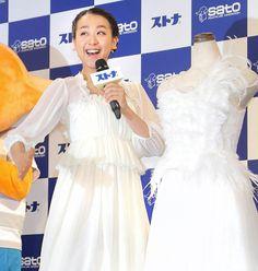 CMで着用する衣装の横でポーズをとる浅田真央 (474×500) 「真央、10・3復帰戦に向け「いつもと同じ」」 http://www.hochi.co.jp/sports/winter/20150906-OHT1T50213.html