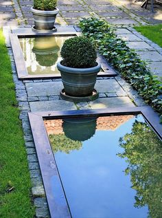 Med et færdigt spejlbassin går det nemt at få vand i haven. Her er to rektangulære bassiner placeret på række. De er fremstillet af sortpatineret zink og afsluttes med en 10 cm bred kant, der giver en fin effekt. Det måler 100 x 200 cm, men kan laves i andre mål efter ønske. Fra Zinkbakken til 5.990 kr.