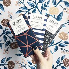 Trio de chocolats fins @izardchocolate 👌🏻✨ // Packaging love for these 3 fine chocolate bars @izardchocolate ✨ #buk_nola #finechocolate #shopsmall #buketnola #packagingdesign #copper #navyblue