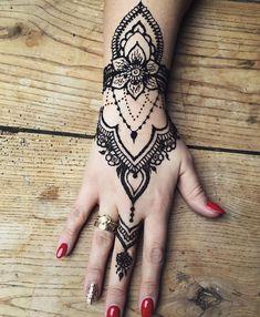 oryginalna ozdoba na sylwestra szczęśliwego nowego roku! #henna#hennaart#hennatattoo#tatuaż#mehendi#mehndi#handhenna#newyear#bb#bielsko#bielskobiala#bielskobiała#skoczów#cieszyn#slask#śląsk#art#tattoo @tattoo_witryna