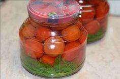 Věděli jste, že i mrkvová nať se dá použít na zavařování? Rajčata se brzy začnou červenat v naší zahradě, proto hned třeba myslet i na zimu a připravit si chutné cherry rajčata v nálevu bez žádného přípravku z obchodu jako jsou nakladače, připravené šťávy nebo umělé konzervanty. Postačí vám pouze cukr, sůl, ocet, česnek a koření. Základní suroviny a výsledek je neskutečně dobrý. Určitě vyzkoušejte. Korn, Pickles, Cucumber, Vegetables, Kitchen, Scrappy Quilts, Cooking, Kitchens, Vegetable Recipes