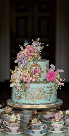 Wedding Cakes This beautiful, gilded cake is further complemented by teacups used to serve cupcakes! Creative Wedding Cakes, Beautiful Wedding Cakes, Gorgeous Cakes, Pretty Cakes, Creative Cakes, Amazing Cakes, Luxury Wedding Cake, Creative Decor, Perfect Wedding