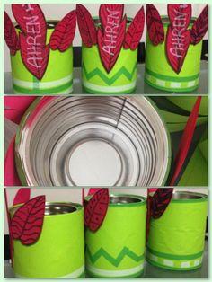 DIY- Centros mesa, en mi caso para pinchos de golosinas. Cumpleaños Peter Pan. Botes de leche de bebé, forrados con cartulina, cinta adhesiva de color verde y blanco, plumas de foamy. los he rellenado de corcho para poner los pinchos de golosinas. #birthday #peterpan