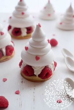 Jeffrey Cagnes & # s Pavlova - Basier/Meringue&Pavlova Torten - Patisserie Healthy Dessert Recipes, Delicious Desserts, Yummy Food, Paleo Recipes, Meringue Pavlova, Fancy Desserts, Xmas Desserts, Plated Desserts, Christmas Baking