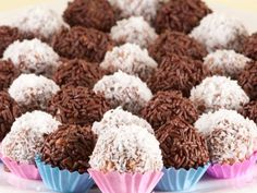 Brigadeiro, a popular chocolate treat. You can find brigadeiros at most Brazilian parties and thanks to this brigadeiro recipe, now in your home too! Chocolate Caramels, Chocolate Treats, Chocolate Truffles, Chocolate Sprinkles, Brazilian Brigadeiro Recipe, Dog Food Recipes, Dessert Recipes, Desserts, Chocolate Festival