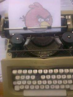 Es el dibujo hecho con mi maquina de escribir, uso poco colores, es de un videojuego, uso puros signos o letras de una maquina de escribir.
