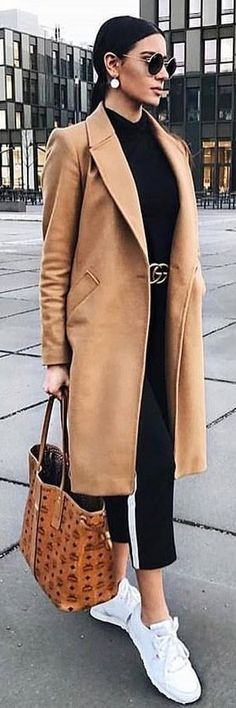 #spring #outfits woman wearing brown overcoat. Pic by @woman__streetstyles