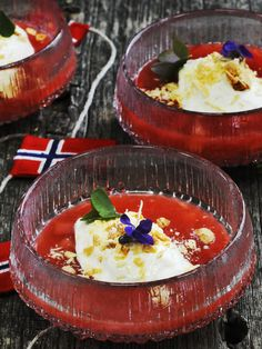 Rabarbragrøt med iskrem og stekt hvit sjokolade. Oppskrift fra Øyvind Hjelle. Norwegian Food, Pudding, Yum Yum, Puddings