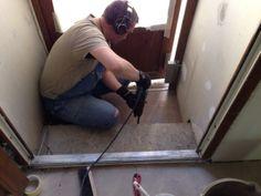мастер ремонта за работой, сверлит и бережет уши — ремонт квартиры на Тазаева в Колпино  #дизайн #архитектура