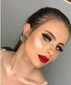 Pin by Marina Castillo on Prom in 2019 Makeup Looks For Red Dress, Red Dress Makeup, Red Lip Makeup, Makeup For Green Eyes, Hair Makeup, Makeup Eyes, Glam Makeup Look, Gorgeous Makeup, Pretty Makeup