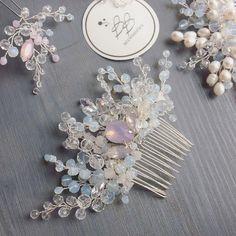 Наш волшебный гребень с опаловыми стразами и бусинами, лунным камнем и хрусталиками ✨ 800 грн #гребень #hairstyle #wedding #weddinginspiration #weddinglook #haircomb