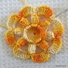 """Flor """"Carisma"""", em crochê (com PAP) Crochet Blocks, Crochet Squares, Crochet Granny, Crochet Motif, Crochet Doilies, Crochet Flower Patterns, Crochet Stitches Patterns, Crochet Flowers, Fabric Flowers"""