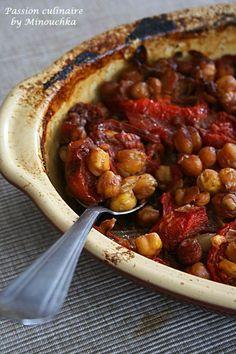 aubergines 2 gros oignons 4 tomates mûres 2 tomates râpées ou en pulpe 6 gousses d'ail 2 bonnes poignée de pois-chiche cuits 1 c. à café de cumin 1/2 c. à café de paprika doux Sel, poivre moulu Huile d'olive
