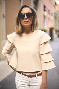 Skinny jeans and bell sleeved top- neutral colors Beautiful Outfits, Cool Outfits, Casual Outfits, Blouse Styles, Blouse Designs, Mode Top, Mode Hijab, Mode Style, Look Fashion