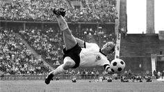 """""""Uwe, Uwe!"""" Sein Name wurde zum Anfeuerungsruf der Zuschauer für die ganze Nationalmannschaft – das sagt alles über die Popularität des FußballStürmers Uwe Seeler. Foto: imago/Pressefoto Baumann"""