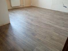 V jednoduchosti je krása. Niekedy je obyčajné drevo omnoho lepšou voľbou ako dlho špekulovať a experimentovať.  #designflooring #čistenie #vinyl #vinylovapodlaha #podlaha #podlahy #dizajn #interer #byvanie #architektura #dom #byt #luxus #vlhkost #kupelna #kuchyna #obyvacka #spalna #drevo  #oprava #servis #vymena #lamela #pes #psy #zvieratá #dieťa #deti #balenie #preprava Hardwood Floors, Flooring, Home Decor, Old Wood, Home Decor Accessories, Rustic, Homes, Luxury, Wood Floor Tiles