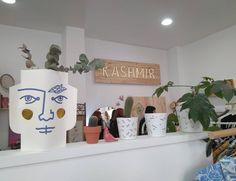 La zaragozana Pili Méndez es  las creadora e impulsora de @KashmirVintage, una tienda alternativa y diferente situada en Santo Dominguito de Val, 4 (justo al lado de San Vicente de Paúl y del Teatro Romano de Cesaraugusta). Kashmir es ideal para escapar de la uniformidad de las grandes marcas y llenar el armario de estilo propio.