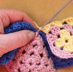 Ristiin rastiin: Isoäidinneliöitten kiinnitys viimeisellä kerroksella Blanket, Knitting, Crochet, Crochet Hooks, Blankets, Tricot, Breien, Crocheting, Carpet