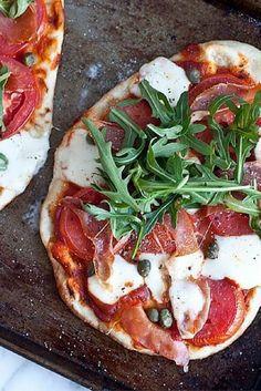 Pizza naan au prosciutto, tomate et mozzarella fraîche.