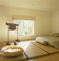 Minimalistycznie, skromnie, powściągliwie – to też Wschód. W tej sypialni nic nie rozprasza odpoczynku, na rozciągniętych matach leży materac, ale obok można na przykład ćwiczyć jogę czy rozciąganie. Odpoczynkowi sprzyja jasna kolorystyka wnętrza.