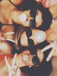friends // bubble gum // photography // summer // sunglasses // peace
