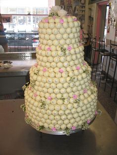 4 tier Lindt LINDOR truffle wedding cake with soft pink roses & wax flowers. I want Lindor truffles on my cake! Lindt Chocolate, I Love Chocolate, Chocolate Shop, Chocolate Lovers, Lindt Lindor, Brownie Desserts, Wedding Cake Fresh Flowers, Cool Wedding Cakes, Beautiful Cakes
